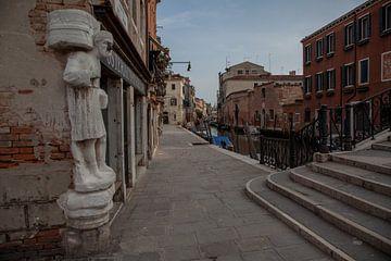 Mr. Rioba (man met de neus) op het plein van de Moren, Venetië van Joost Adriaanse
