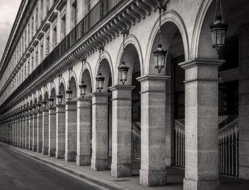 Arcade auf der Rue de Rivoli in Paris von Toon van den Einde