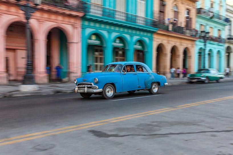 Oldtimer classic car in Cuba in het centrum van Havana. One2expose Wout kok Photography.pt van Wout Kok