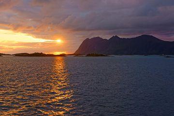 Middernachtzon boven Senja in Noorwegen van Gisela Scheffbuch