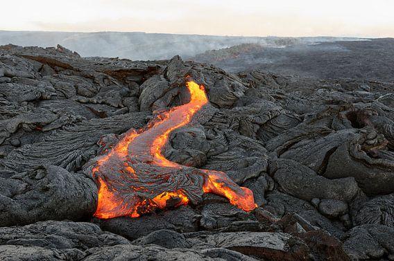 Vulkangebiet mit rot glühendem Lavastrom auf Hawaii