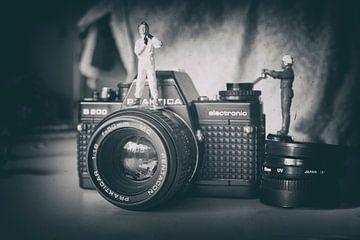 Miniatur-Welt Vintage-Kamera Flieger schwarz und weiß von Groothuizen Foto Art