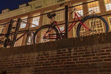 Fiets aan de Oudegracht, Utrecht in de avond. van André Russcher