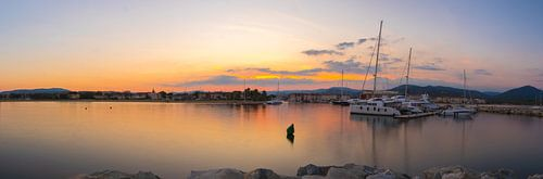 Zonsondergang aan de Franse kust van Port Grimaud
