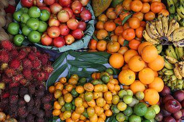 Obst auf dem Markt Antigua Guatemala von Martin van den Berg Mandy Steehouwer