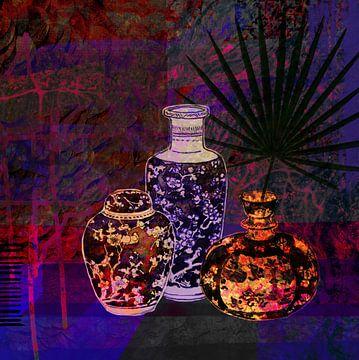 3 antike Vasen | Stillleben mit Palmblatt in Lila-Blau - Digital Art von Marlou Westerhof