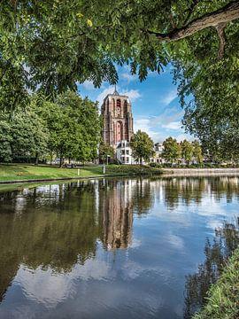 De Leeuwarder Oldehove weerspiegeld in de stadsgracht von