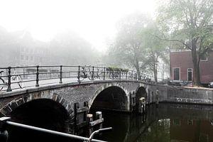 Brug in mistig Amsterdam
