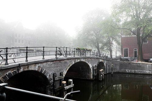 Brug in mistig Amsterdam van