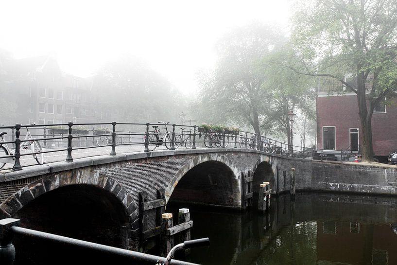 Brug in mistig Amsterdam van Wesley Flaman