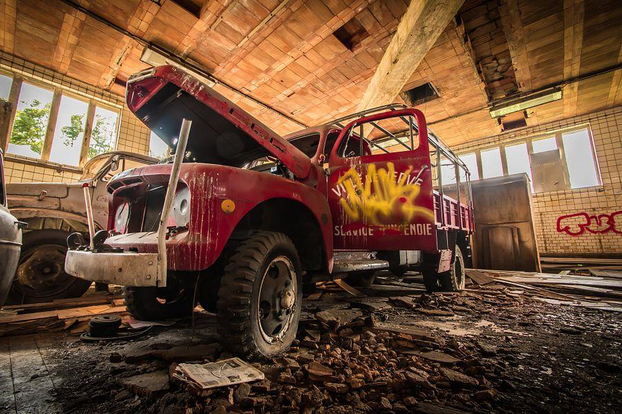 Red lost car von Steven Poulisse