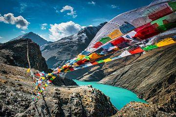 Die Gebetsfahnen in den Bergen flattern, Tibet von Rietje Bulthuis