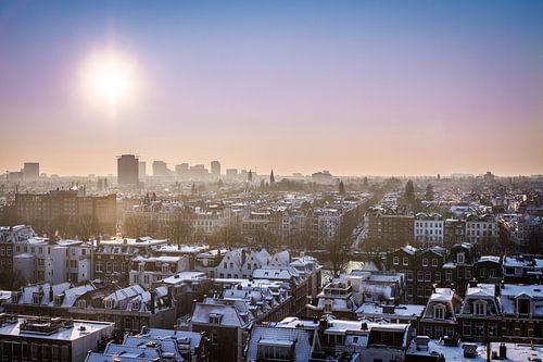 Zicht over Amsterdam van Leon Weggelaar