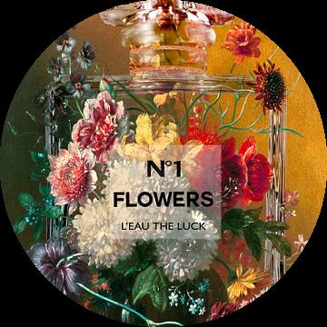 Stilleven met bloemen in een parfumfles van Dennisart Fotografie