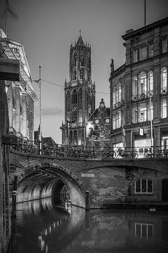 Die Kathedrale und der alte Kanal in schwarz und weiß von Elles Rijsdijk