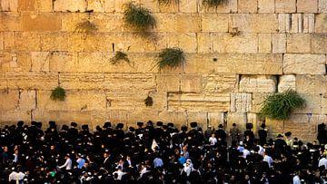 Mannen bij de Klaagmuur in Jeruzalem van Jessica Lokker