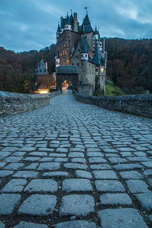 Schloss Eltz nach Sonnenuntergang von Ramon Lucas