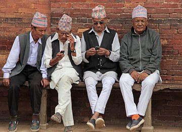 vier mannen op een bank in Nepal von laura van klooster