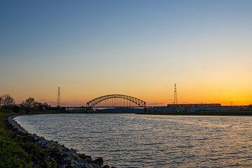 Sunset with train van Jan-Matthijs van Belzen