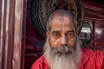 portret van een oude grijze Indiase man met baard van Tjeerd Kruse