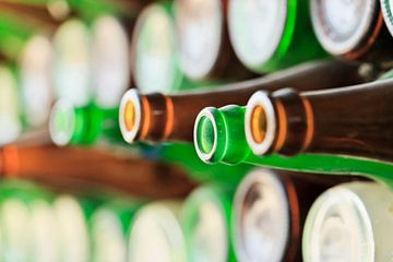 Muur gemaakt van lege rode en groene bierflesjes van Tony Vingerhoets