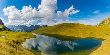 Rappensee, achter rechts de Rappenseehütte, Allgäuer Alpen van Walter G. Allgöwer