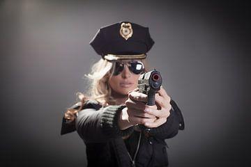Polizistin mit Waffe von Atelier Liesjes