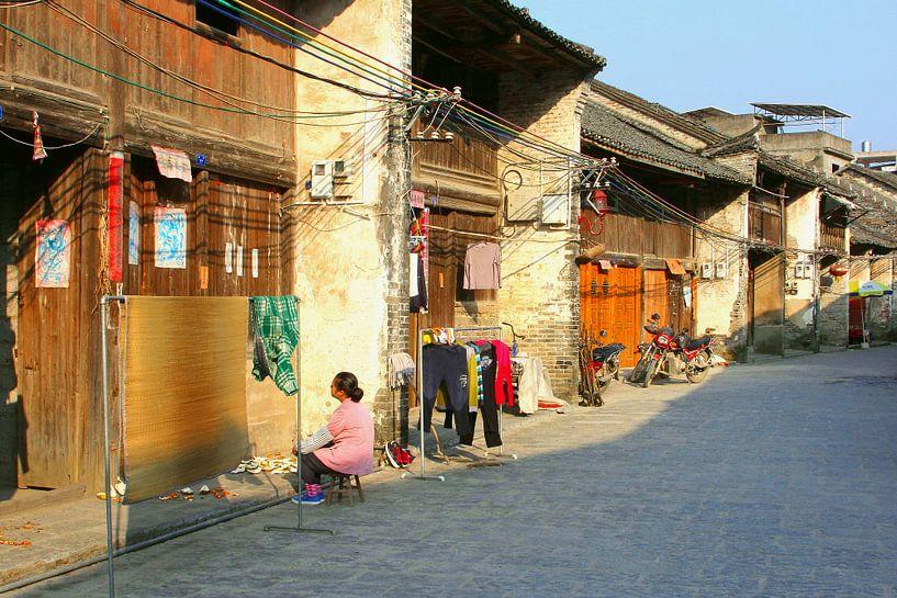 Straatje in Xingping, China van Inge Hogenbijl