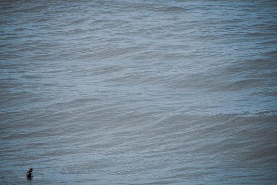 Alleen in de oceaan nadenkend