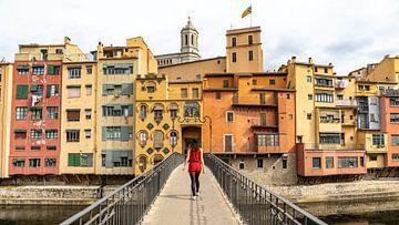 Mädchen auf einer Brücke in Girona, Spanien von Jessica Lokker