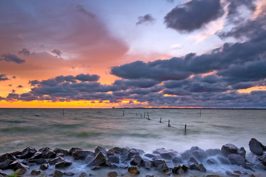 Visnetten in een stormachtig IJsselmeer van Mark Scheper