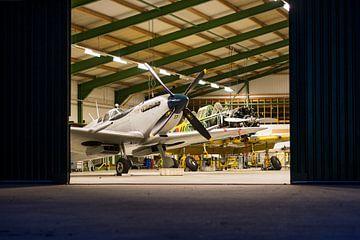 Hangar in de nacht van Floris Oosterveld