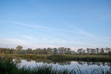 Blauwe luchten boven de nRottige Meenthe van Willie Kamminga