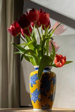 Vase blauer Traum mit roter Tulpe von Susan Hol