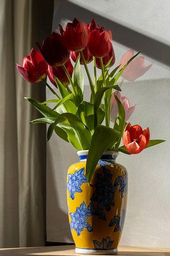Vase blue dream met rode tulp