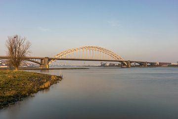 Waalbrug Nijmegen vanuit Ooijpolder van Patrick Verhoef