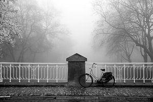 Fiets op een brug in de Mist