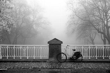 Fiets op een brug in de Mist van Niels Eric Fotografie