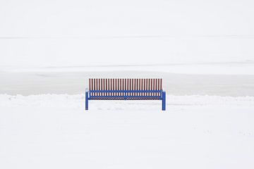 Blaue Bank im Schnee von Ton Hazewinkel