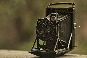 Antieke camera gefotografeerd met een nieuwe camera en oude USSR Jupiter 9lens van J..M de Jong-Jansen