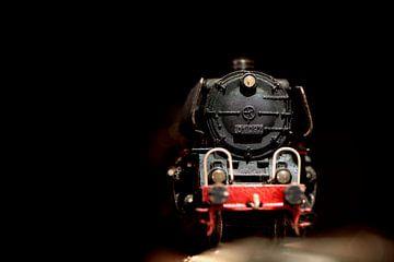 Nahaufnahme einer alten Spielzeug-Dampfeisenbahn von Jenco van Zalk