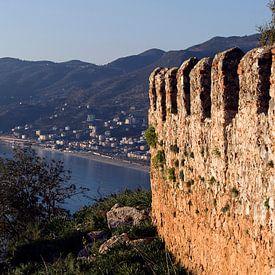 Panorama foto van de kustlijn en het fort van Alanya, Turkije. van Eyesmile Photography