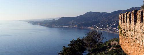 Panorama foto van de kustlijn en het fort van Alanya, Turkije.
