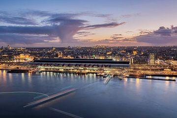 Skyline Amsterdam tijdens zonsondergang van Jeroen van Rooijen