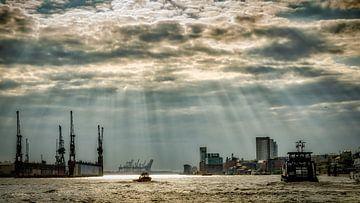 Haven van Hamburg met schepen en droogdok bij bewolkt weer van Dieter Walther