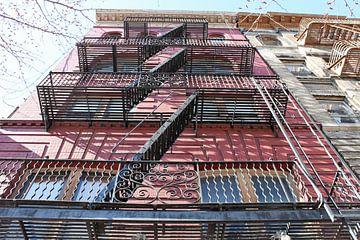 Escaliers de secours dans un immeuble d'habitation à New York sur Anna van Leeuwen