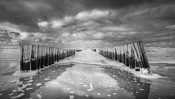 Golfbrekers aan stormachtige Zeeuwse kust van Michel Seelen