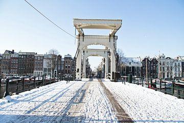 Verschneite Magere Brücke in Amsterdam im Winter von Nisangha Masselink