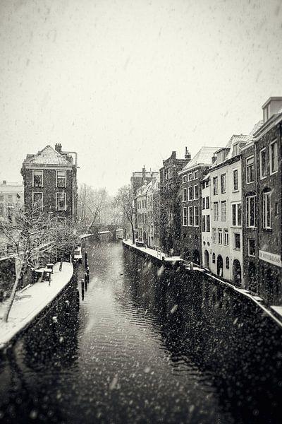 Lichte en donkere Gaard in Utrecht tijdens een sneeuwbui  in vintage look (monochroom) van De Utrechtse Grachten