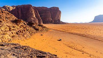 Jeep in der Landschaft von Wadi Rum, Jordanien von Jessica Lokker